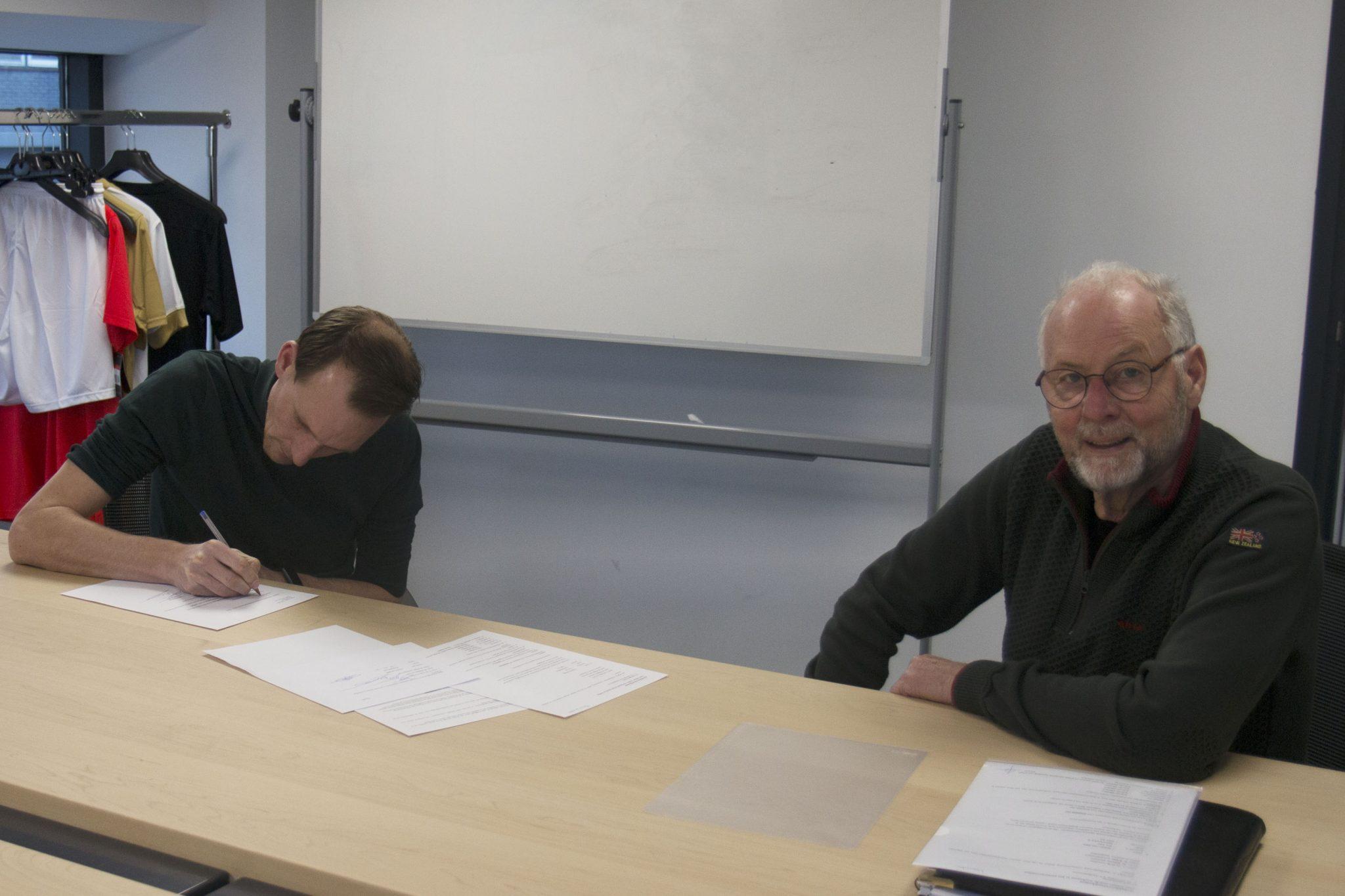 Tekenmoment met nieuwe trainer Sander van Dijk